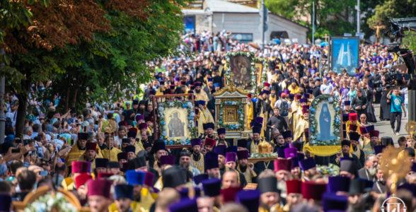 В Крестном ходе в День Крещения Руси приняли участие 300 тысяч верующих.